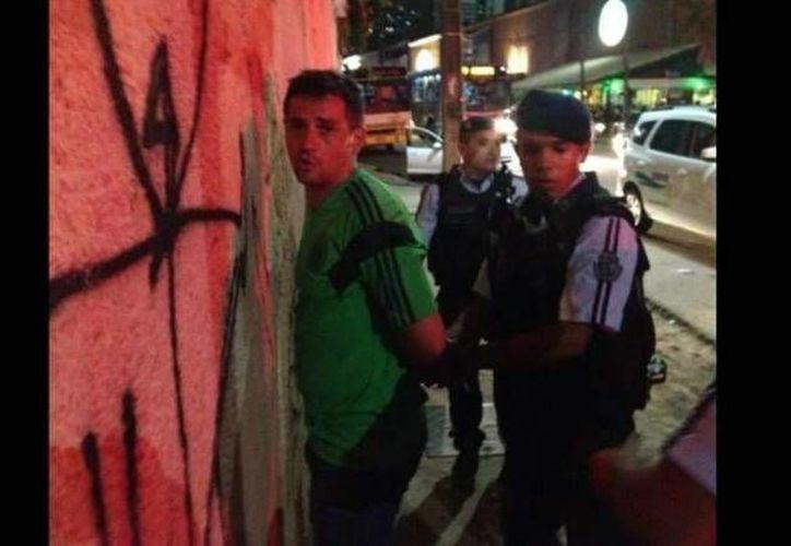 Imagen del momento en que uno de los mexicanos es detenido por la policía en Fortaleza, después de haber golpeado a un hombre. (lacronica.com)