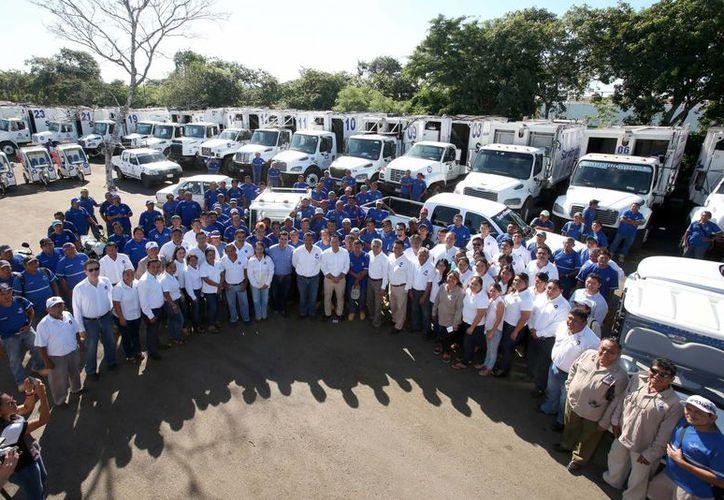 Este lunes, el Ayuntamiento de Mérida entregó dos camionetas, tres motocicletas, un carrito, además de equipo de trabajo a los elementos de la paraestatal 'Servilimpia'. (Cortesía/ Ayuntamiento)