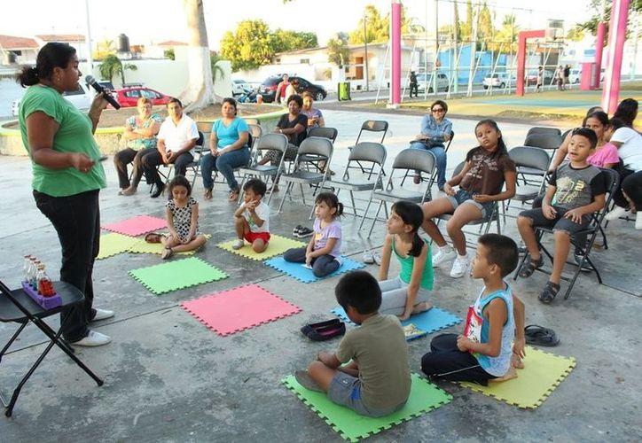 Los promotores exponen a los niños, jóvenes y ciudadanía en general, poemas de autores mexicanos y leyendas tradicionales de la cultura maya. (Joel Zamora/SIPSE)