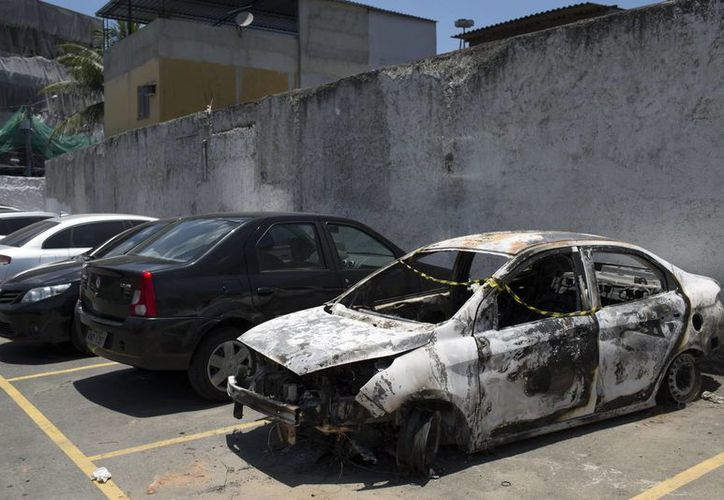 Un automóvil quemado en el estacionamiento de la comisaría de Belford Roxo, Brasil, el viernes 30 de diciembre de 2016. El vehículo, que coincide con la descripción de un automóvil rentado por el embajador de Grecia en Brasil, Kyriakos Amiridis, fue hallado con un cuerpo en su interior en Nova Iguacu, pero los expertos forenses no han identificado el cadáver. (AP Foto/Leo Correa)