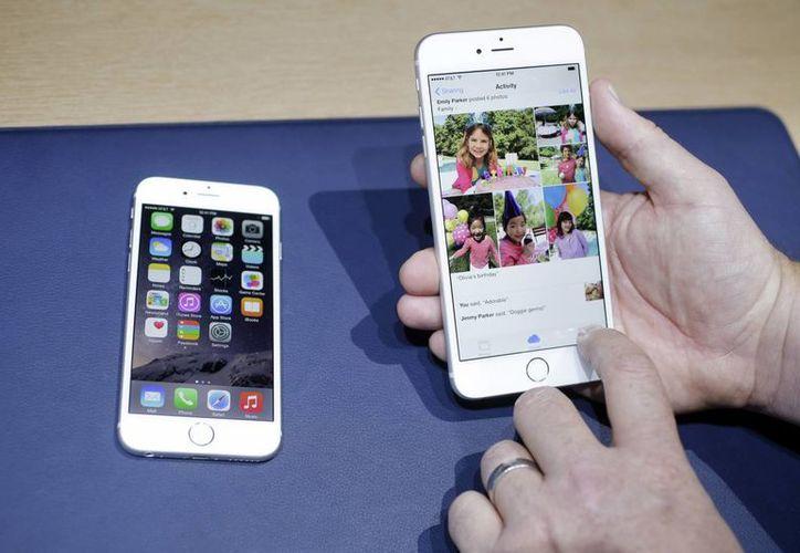 Foto del iPhone 6, a la izquierda, y el iPhone 6 plus durante su presentación en Cupertino, California. (Agencias)