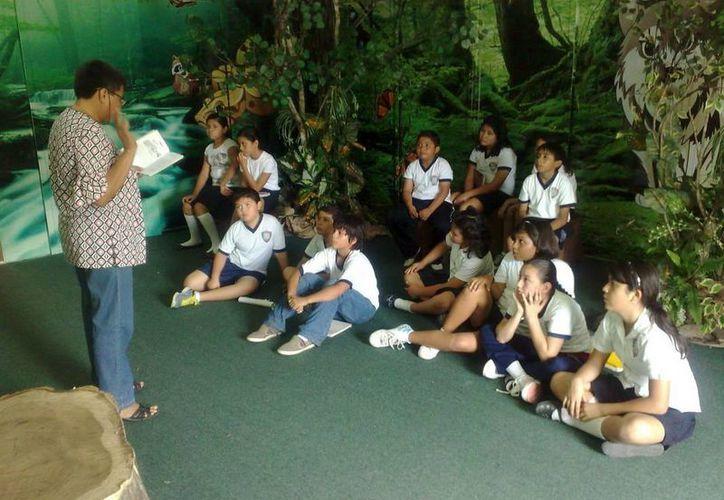 La subsecretaria de Cultura de la SEyC, Lilián Villanueva Chan, reiteró la invitación a las escuelas a realizar visitas guiadas a la biblioteca pública más cercana. (Redacción/SIPSE)