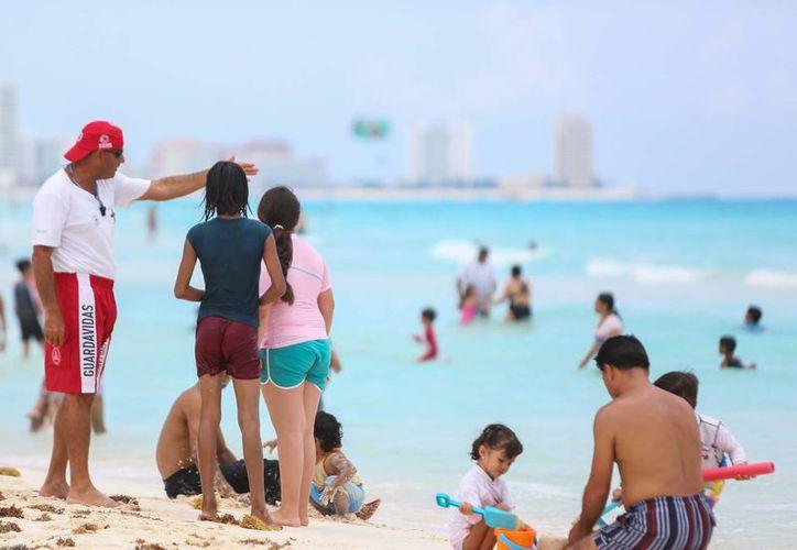 Los bañistas deben respetar las indicaciones que les brindan los guardavidas para evitar algún incidente en las playas de Cancún. (Redacción/SIPSE)
