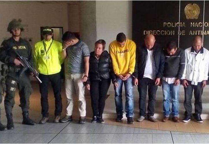 Imagen de las siete personas capturadas en Panamá, Cúcuta y Bogotá señaladas de sacar cocaína por intermedio del Aeropuerto ElDorado. (@PoliciaAntiNar)