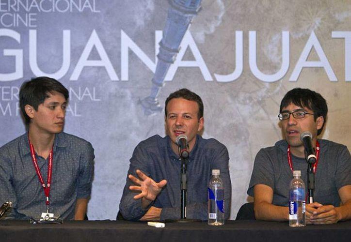 El cineasta mexicano Amat Escalante (centro) habla durante una conferencia de prensa con el protagonista de su película, Armando Espitia (izquierda) y Gabriel Reyes, coguionista, en el Festival Internacional de Cine de Guanajuato. (Agencias)