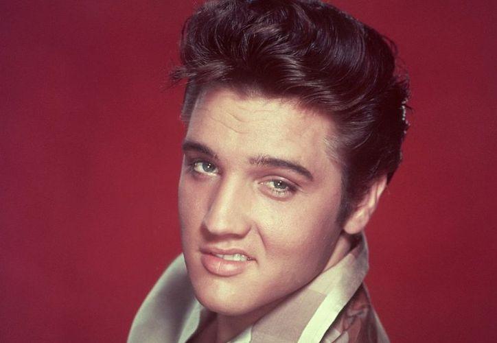 Sólo la mitad de los autógrafos de Elvis Presley son reales, afirman. (Agencias)