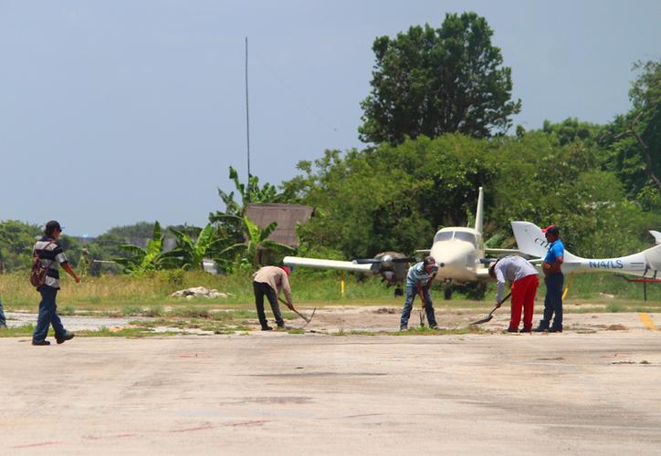 Usuarios tratan con las empresas para conocer si los servicios pre-contratados serán postergados hasta que la aeropista esté reparada. (Redacción/SIPSE)