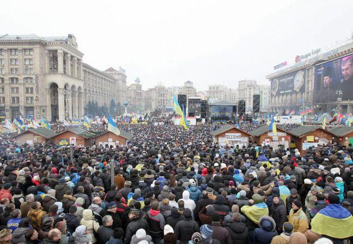 Miles de manifestantes ucranianos atienden a la convocatoria de la asamblea opositora en la Plaza de la Independencia en Kiev. (EFE)