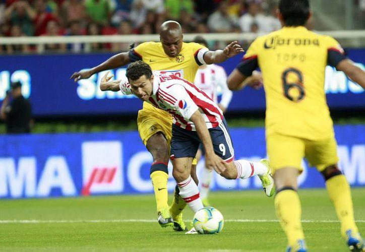 Las Águilas se llevaron el Clásico al derrotar 2-0 a las Chivas en su estadio. (Notimex)