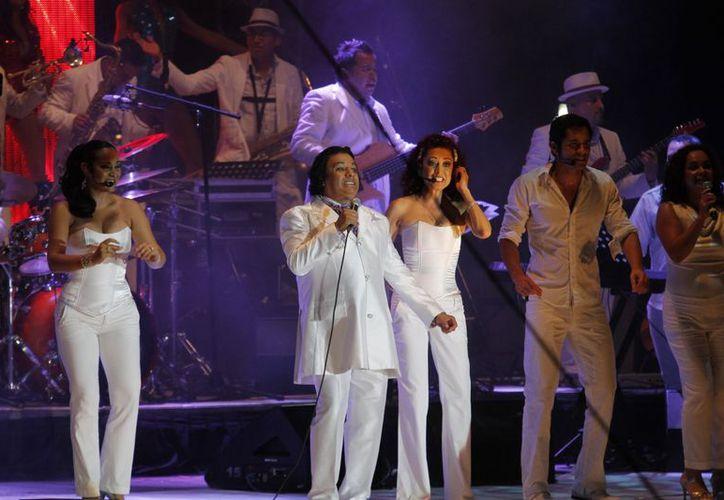 Los cancunenses hicieron patente el cariño que le  tienen a Juan Gabriel.  (Jesús Tijerina/SIPSE)