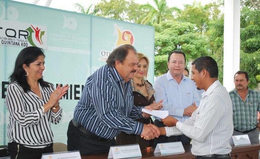 Un total de 48 empleados municipales recibieron sus constancias de manos del alcalde Eduardo Espinosa Abuxapqui. (Cortesía/SIPSE)
