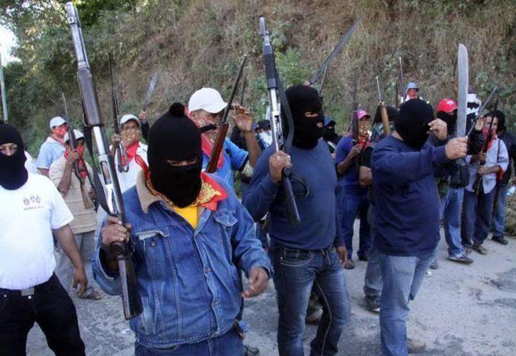 Los civiles armados se hacían pasar por autodefensas. (Archivo Notimex)