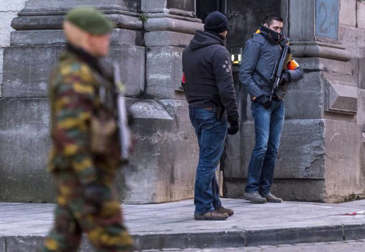En esta imagen del 21 de enero de 2015, policías antiterroristas resguardan el Palacio de Justicia de Bruselas, Bélgica. Según autoridades, varios jóvenes belgas se han vinculado con grupos terroristas islámicos. (Foto: AP)