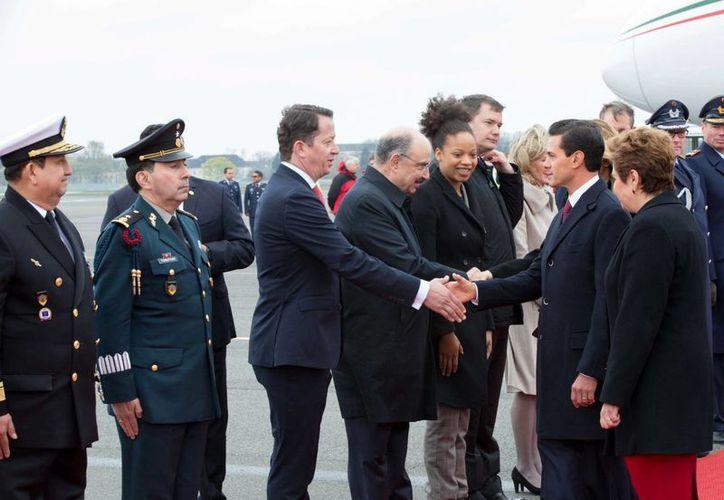 El presidente Enrique Peña Nieto acompañado por su esposa Angélica Rivera de Peña, e integrantes de su gabinete, arribó este mediodía al aeropuerto de Berlín, para iniciar una visita de Estado a Alemania. (Notimex)