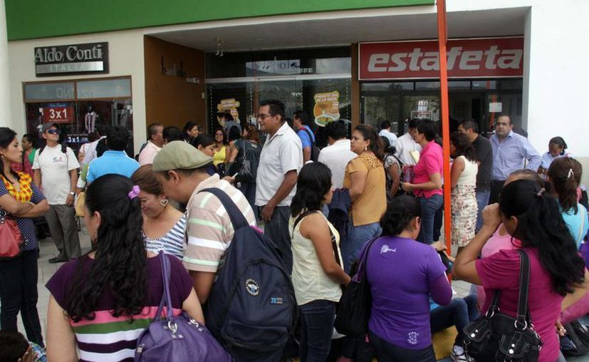 Maestros de la sección 22 de la CNTE paralizan un negocio en Oaxaca. (Notimex)