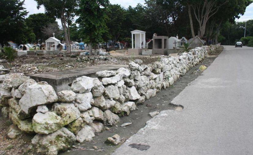 En el panteón municipal de Tulum el espacio para nuevas tumbas está al límite. (Sara Cauich/SIPSE)