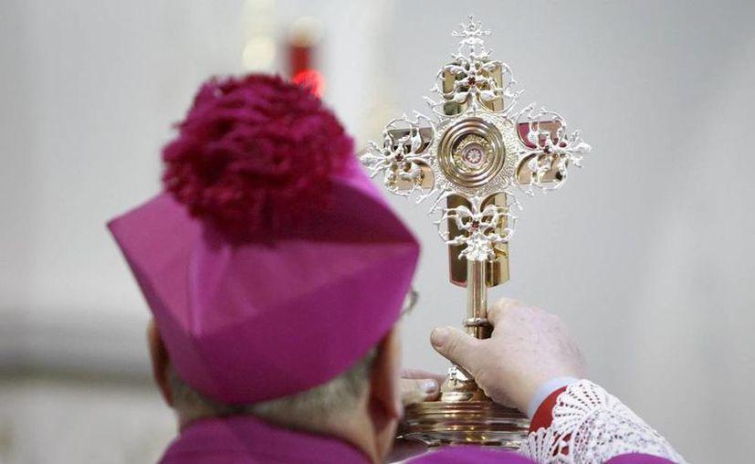 Roban una ampolla con la sangre de Juan Pablo II de una iglesia en Italia. En la imagen, arzobispo romano Tadeusz Kondrusiewicz sujeta una cápsula de la sangre del beato Juan Pablo II, durante una ceremonia en la Iglesia de San Simón y Santa Helena de Minsk, Bielorrusia, en abril de 2013. (EFE/Archivo)