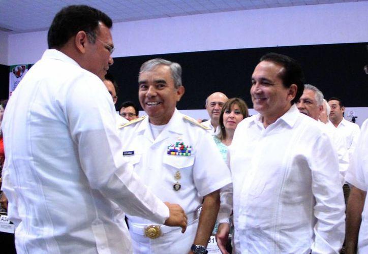 El gobernador Rolando Zapata saluda a Jose Manuel López Campos, del CCE (d). (José Acosta/SIPSE)