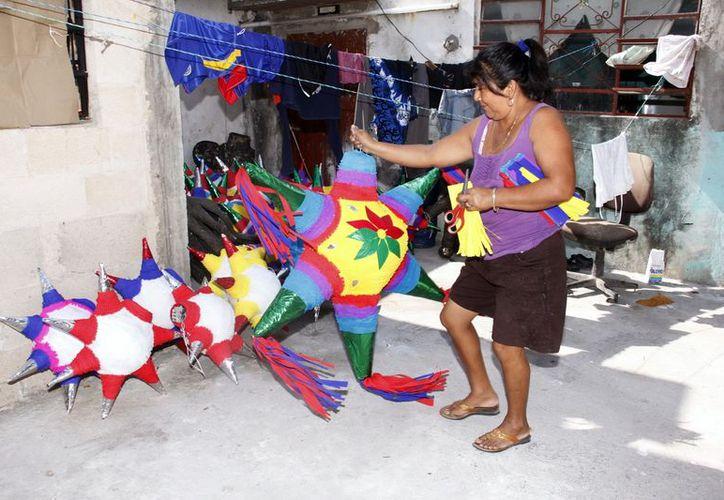 En la elaboración de piñatas participa toda la familia de Rita Pérez. (Theani Ruz/SIPSE)