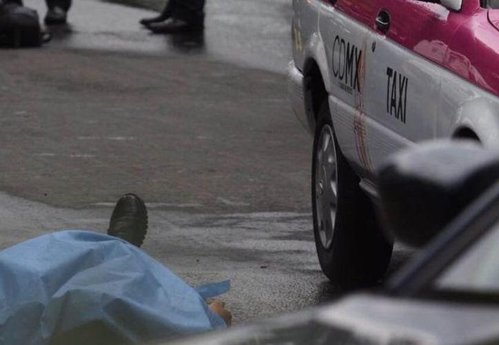 El taxista discutió con los motociclistas, según se aprecia en el video del sistema de seguridad de la CDMX. (Internet)