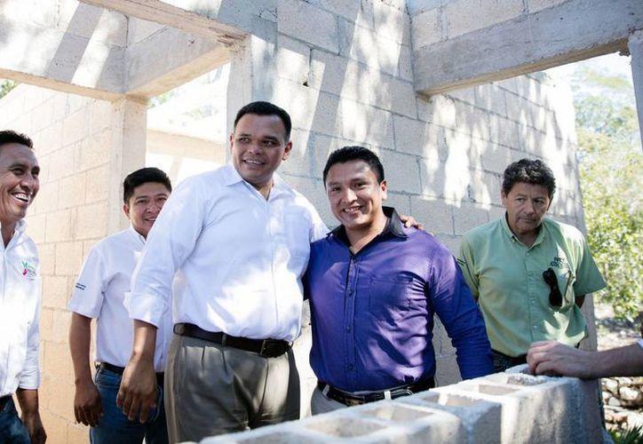El gobernador de Yucatán, Rolando Zapata Bello, en una de sus últimas giras por el interior del estado, en 2016. El mandatario finalizó a la cabeza de los gobernadores de México, como el mejor evaluado. (Archivo/Milenio)