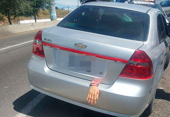 Una mano que sobresalía colgada de la cajuela de un vehículo alertó a elementos policiacos municipales de Tlaxcala. ( El Sol de Tlaxcala).