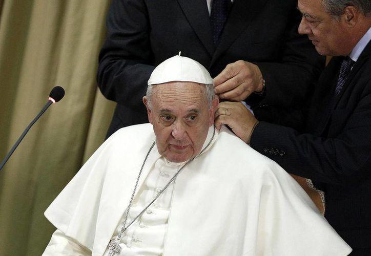 El Papa rió varias veces ante las ocurrencias de los muchachos que sostuvieron con él una videoconferencia. (EFE)