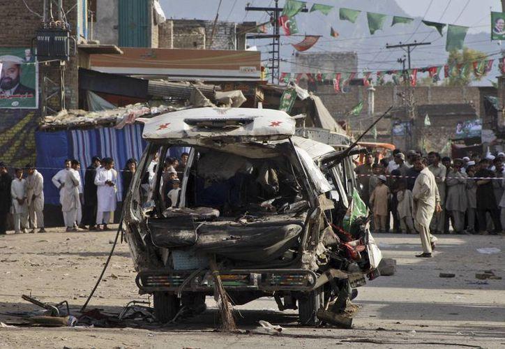 El incidente ocurrió al estallar una camioneta estacionada en un mercado de Peshawar. (EFE)