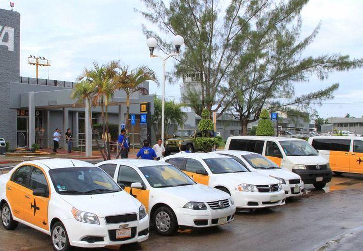 Taxistas de la terminal aérea buscan evitar la entrada del ADO. (Ángel Cstilla/SIPSE)