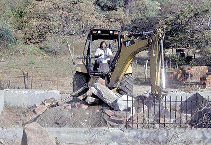 La demolición de la capilla templaria se realizó en La Cofradía, donde sus habitantes viven sobre todo de la siembra y cosecha del limón. (Milenio)