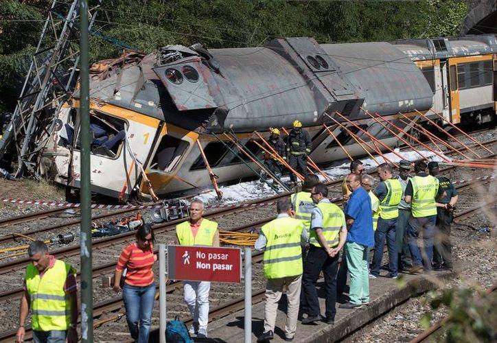 Personal de emergencia atiende a los heridos en el tren que se descarriló en Galicia, España. (AP/Lalo R. Villar)
