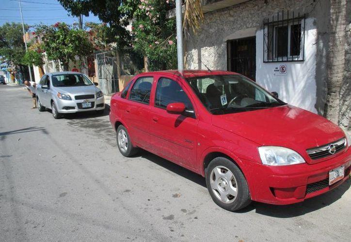 La conductora del auto rojo intentó evadir, sin éxito, su responsabilidad por haber chocado al auto gris.  (Redacción/SIPSE)