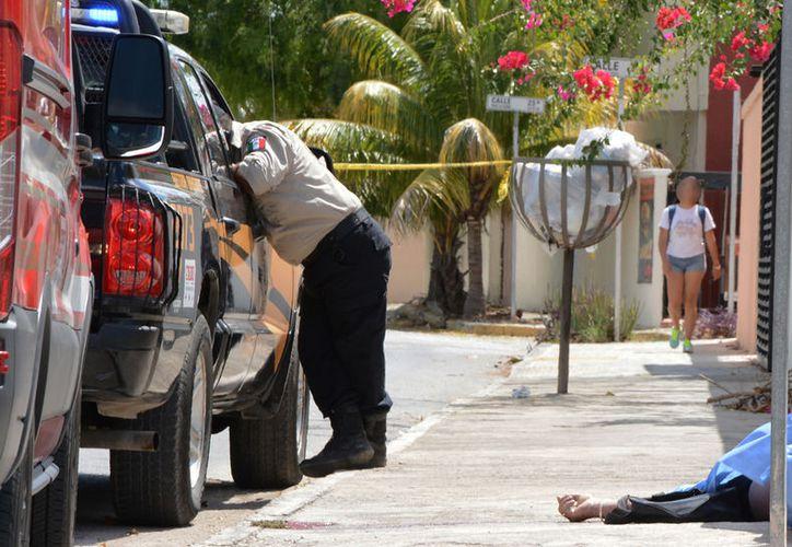 El conductor de un motocicleta murió tras ser embestido por un automóvil, cuyo conductor se pasó el alto, en el fraccionamiento La Florida, en Mérida. (Victoria González/SIPSE)