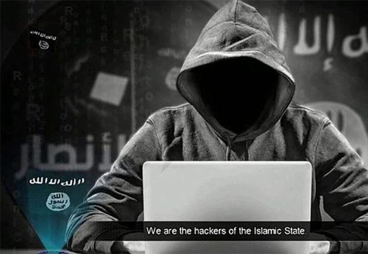 Yihadistas 'hackearon' decenas de miles de cuentas de Twitter como represalia por el ataque de los aviones no tripulados que mataron al 'hacker' del Estado Islámico Junaid Hussain. (ISIS/YouTube)