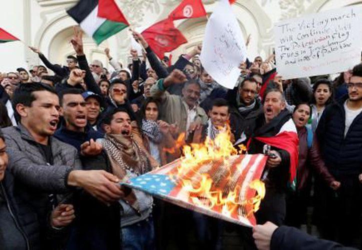 En Cisjordania, multitudes encendieron neumáticos y arrojaron piedras a las fuerzas antimotines. (Foto: El Financiero)