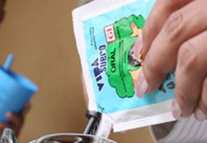 Muchas familias recurren a remedios caseros diluyendo cierta cantidad de azúcar y sal, pero su efectividad no se compara a la del Vida Suero Oral. (Contexto/Internet)