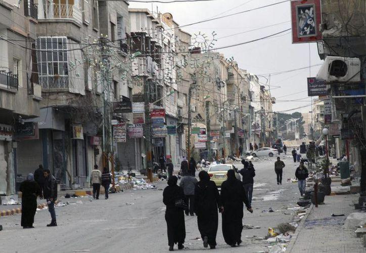 Mientras la guerra civil y los bombardeos en Siria parecen no tener fin, en la foto se aprecia a sirios en la ciudad de Nabek, recuperada por el Ejército.  (EFE/Archivo)