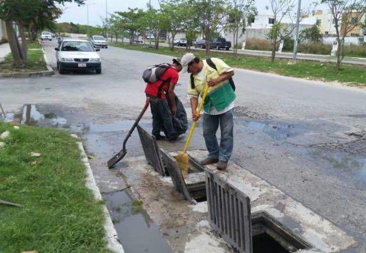 Hombres al servicio de la comuna dedicaron varias horas del día de ayer a trabajos de limpia. (Redacción/SIPSE)