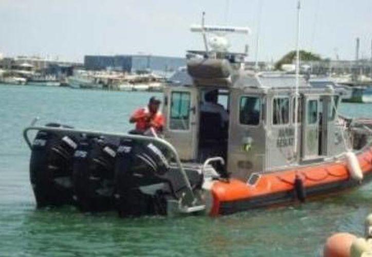 Personal de la Armada balizó (señalizó) el barco pesquero 'Cuauhtémoc X', que está semihundido frente a Coatzacoalcos, Veracruz. (Óscar Pérez/SIPSE)