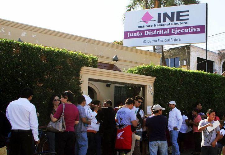 El INE aceptó las modificaciones a su proyecto planteado para la redistritación electoral. Imagen de contexto de un grupo de personas en las oficinas del organismo electoral. (Milenio Novedades)