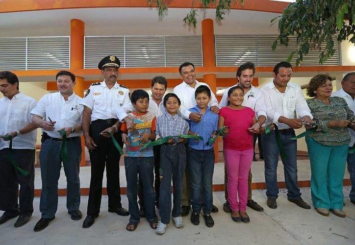 El Gobernador (c) inauguró los Centros de Servicio y Vigilancia del parque Metropolitano de Mérida 'Paseo Verde'. (Cortesía)