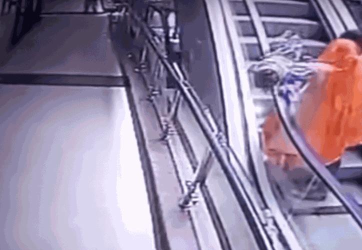 Por tomarse una selfie, la madre dejó caer a su bebé de unas escaleras eléctricas (Foto: Captura de video).