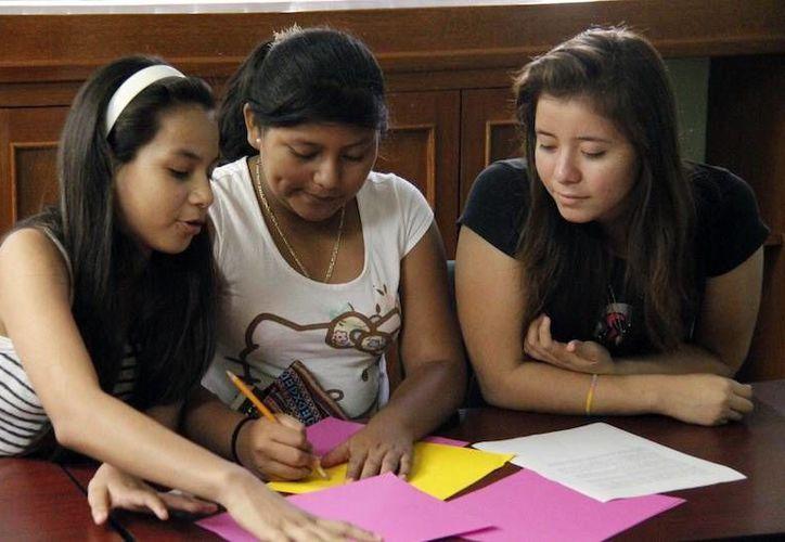 Cultivan entre los jóvenes estudiantes el gusto por las ciencias exactas. Imagen de tres de los 15 alumnos en las instalaciones de la Segey. (Milenio Novedades)