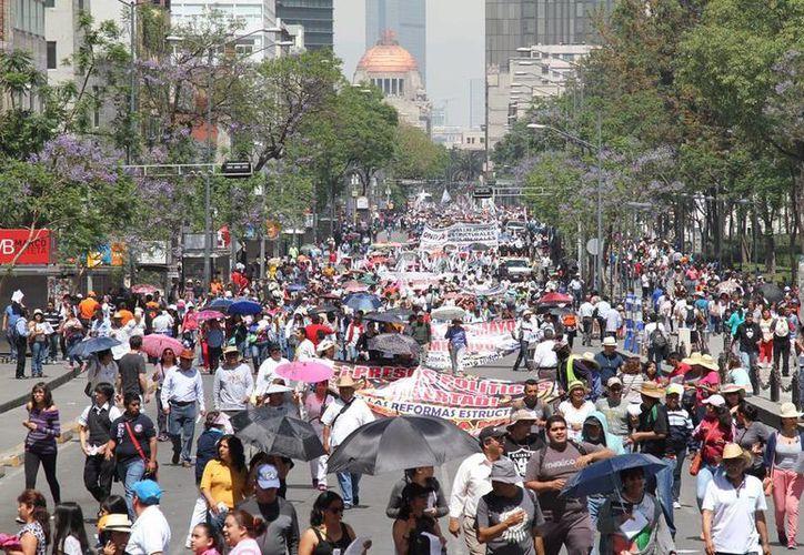 Miles de trabajadores marcharon por las calles de la Ciudad de México para conmemorar el Día del Trabajo. (Notimex)