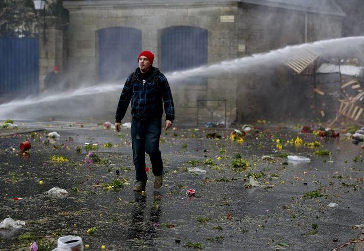 La policía francesa disolvió la manifestación con agua a presión y gas lacrimógeno. (Agencias)