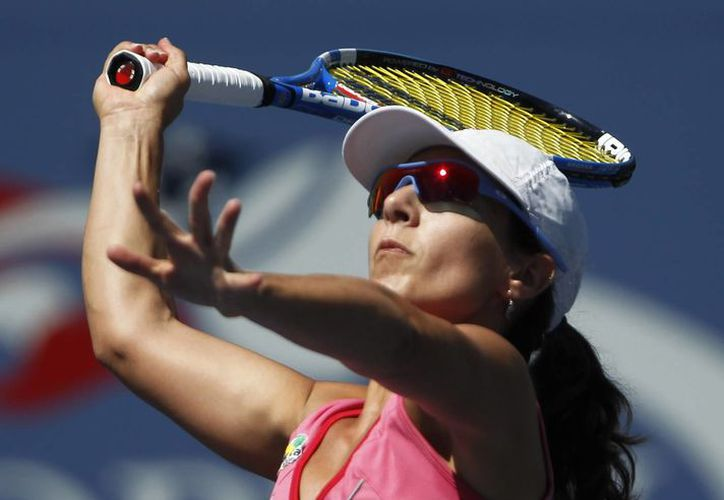 Llagostera devuelve un servicio a la danesa Caroline Wozniacki en la primera ronda del Abierto de tenis de NY. (Agencias)
