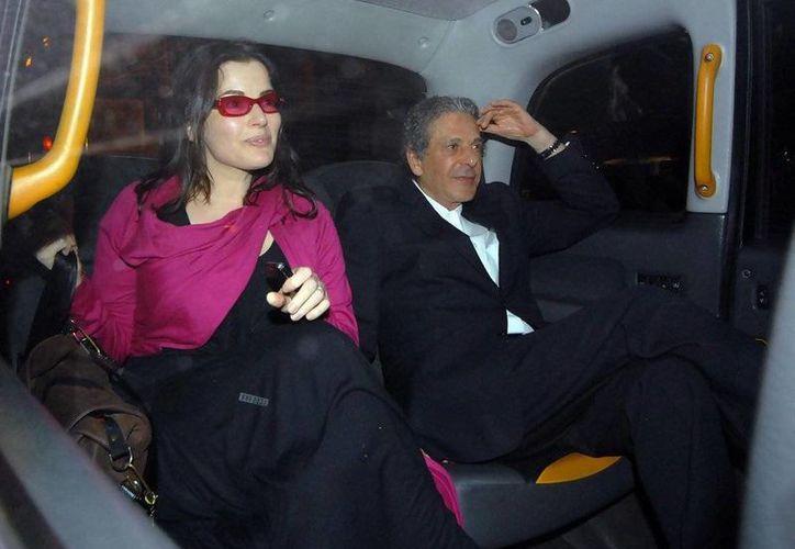 Saatchi, que aparece en la foto con Nigella, posee una de las galerías de arte privadas más grandes de Londres. (zimbio.com/Archivo)