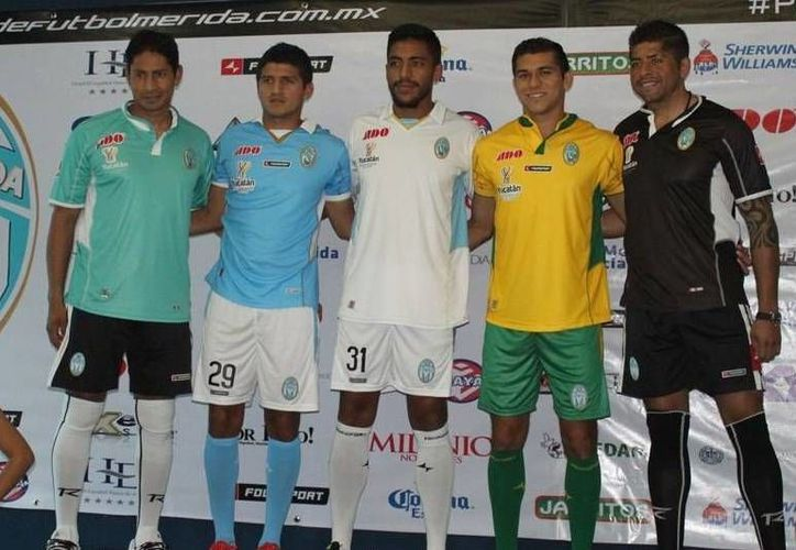Presentación de los nuevos uniformes del CF Mérida, que encarará su primer juego del año este sábado con refuerzos que incluyen al exmundialista Francisco 'Kikin' Fonseca. (facebook.com)