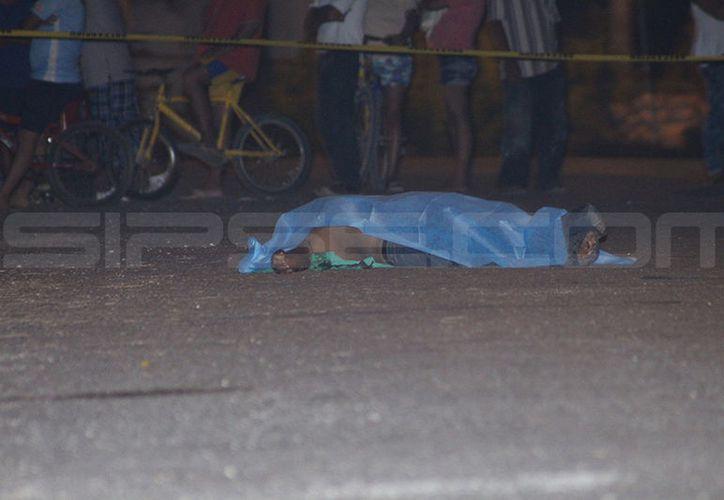 El homicidio ocurrió en la vía pública, la noche de este viernes 13. (Martín González/SIPSE)