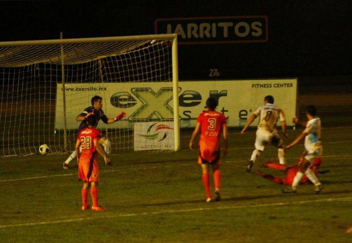 El CF Mérida vino de atrás dos veces para empatar el marcador ante Delfines de Ciudad del Carmen en el estadio Carlos Iturralde. (Milenio Novedades)